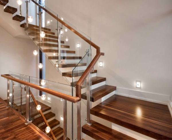 cầu thang gỗ kính