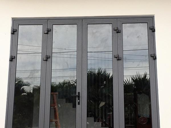 cửa di quay mở 4 cánh nhôm xingfa màu xám